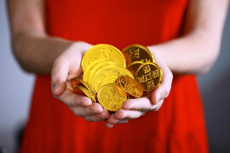 mujer-tenencia-monedas de oro